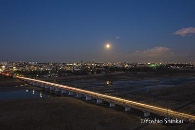多摩川と満月.jpg